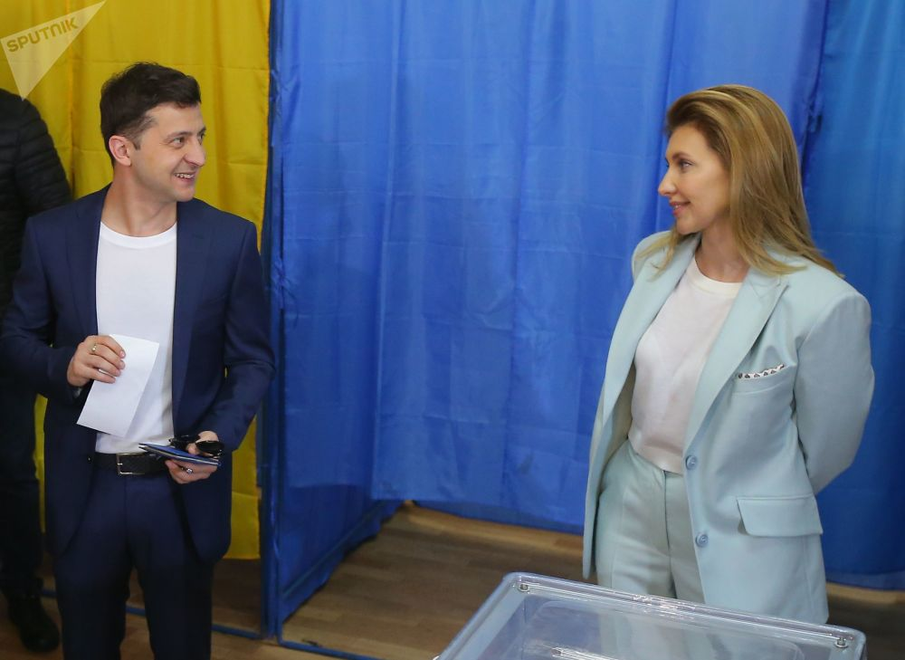 烏克蘭總統選舉第二輪投票日,烏克蘭總統候選人、演員弗拉基米爾·澤蓮斯基和妻子葉連娜在投票站。