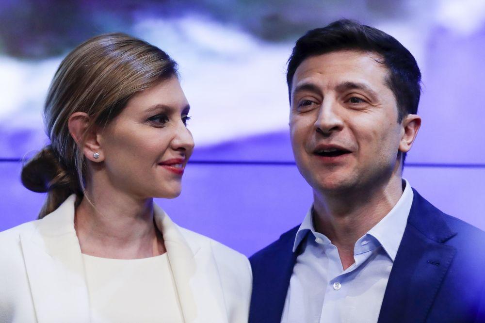 在进行完第二轮总统选举投票后,乌克兰总统候选人、演员弗拉基米尔·泽莲斯基和妻子叶连娜在基辅迎接自己的支持者。