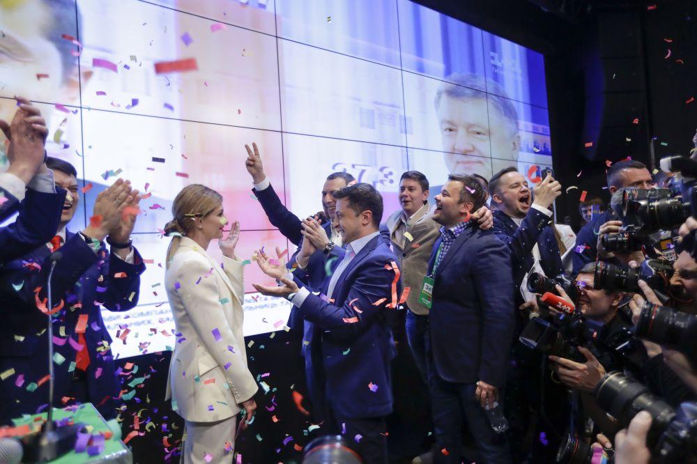 在进行完第二轮总统选举投票后,乌克兰总统候选人、演员弗拉基米尔·泽莲斯基和妻子叶连娜在基辅庆祝胜利。