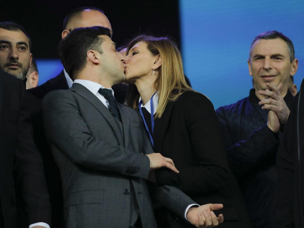 乌克兰总统候选人弗拉基米尔·泽连斯基和自己的妻子叶连娜在基辅奥林匹克体育场与乌克兰现任总统彼得·波罗申科的辩论中。