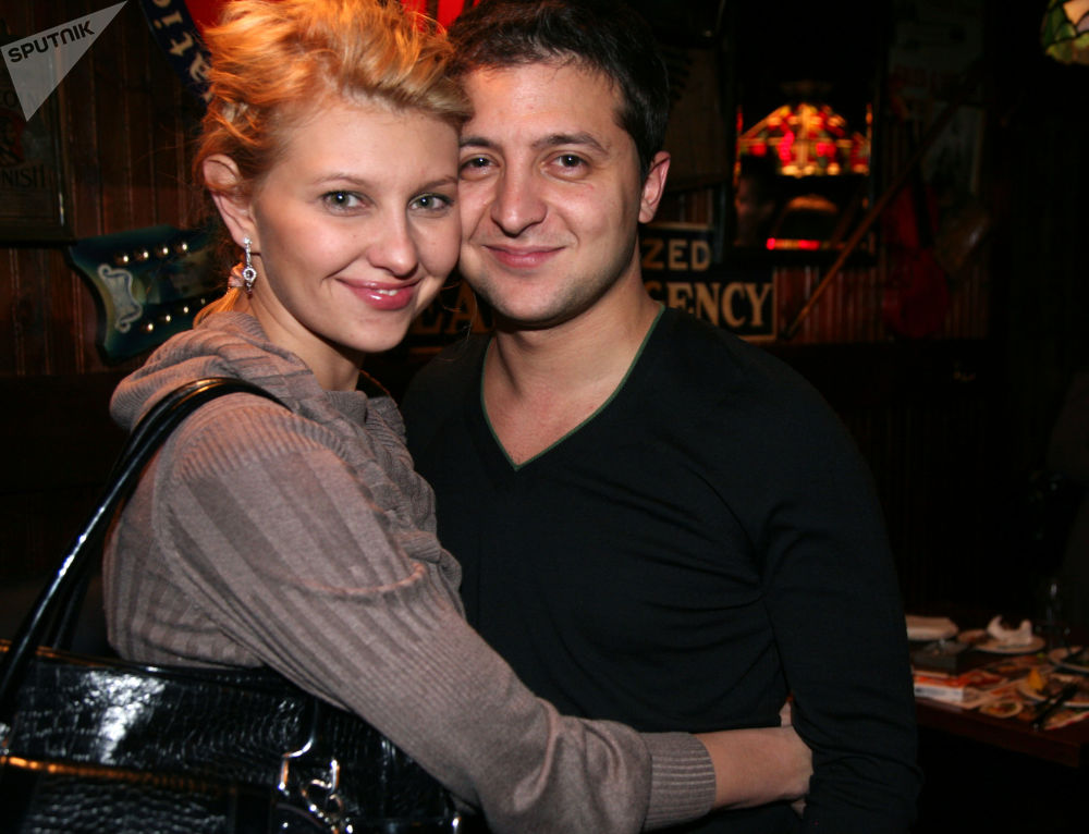 演员弗拉基米尔·泽连斯基和自己的妻子叶连娜在有自己参演的喜剧的首映上,莫斯科,2009年。