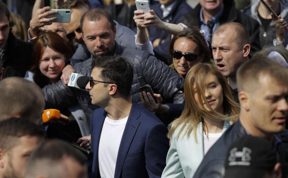 烏克蘭總統候選人、演員弗拉基米爾·澤連斯基和自己的妻子葉連娜。