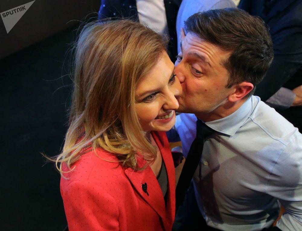 乌克兰总统候选人、演员弗拉基米尔·泽连斯基和自己的妻子叶连娜在自己位于基辅的竞选总部。