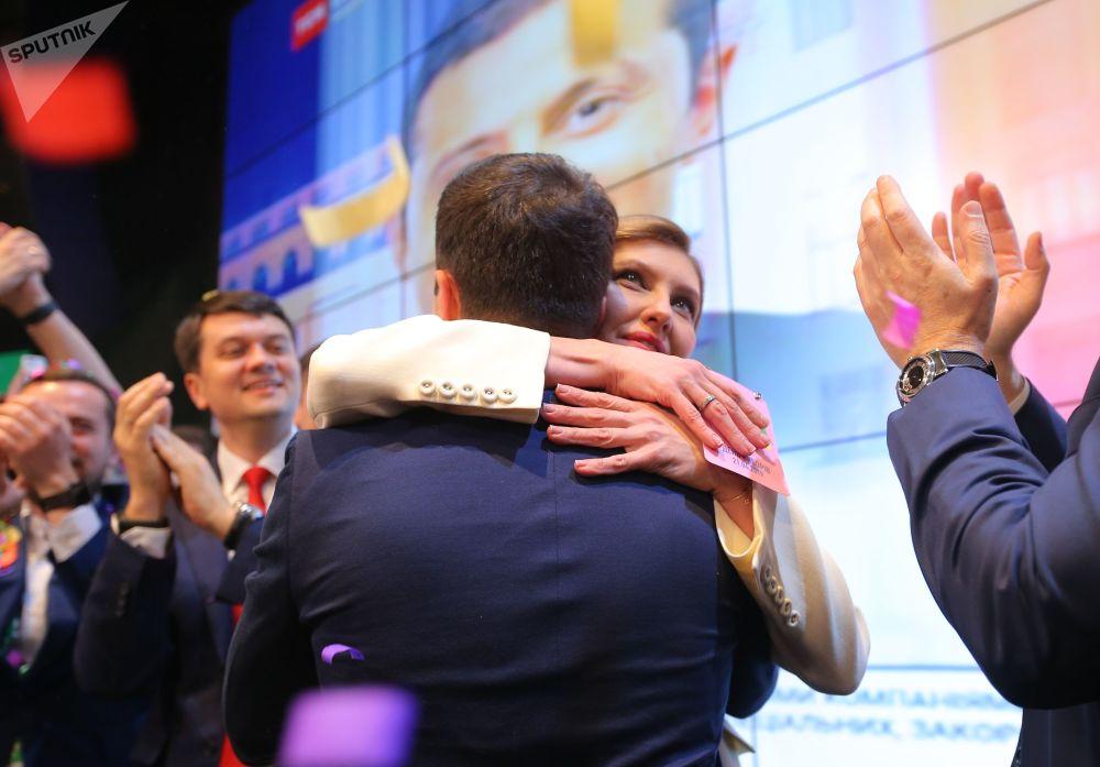"""""""人民公仆党""""主席弗拉基米尔·泽连斯基和妻子叶连娜。"""