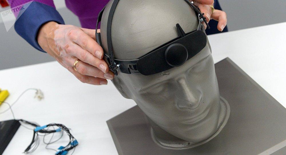 """用于借助思想进行交流的""""Neurochat""""设备"""
