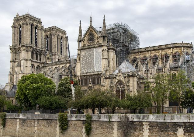Собор Парижской Богоматери, над крышей которого было установлено брезентовое покрытие