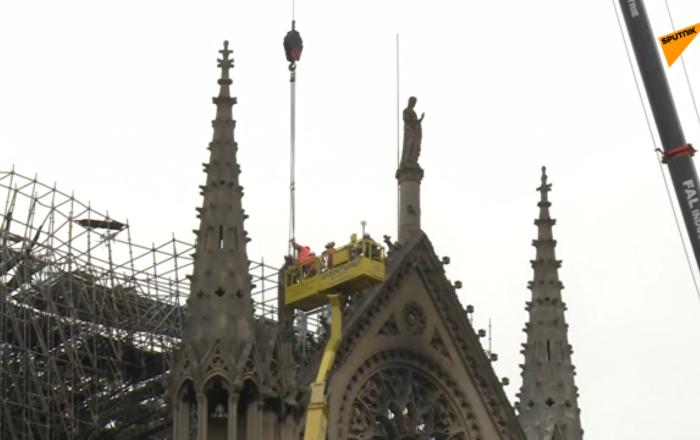 巴黎圣母院被盖上帆布防雨