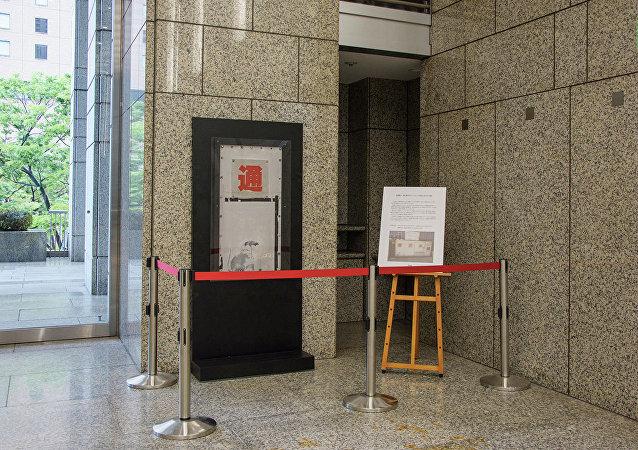 疑似班克斯作品的畫在東京市政廳展出