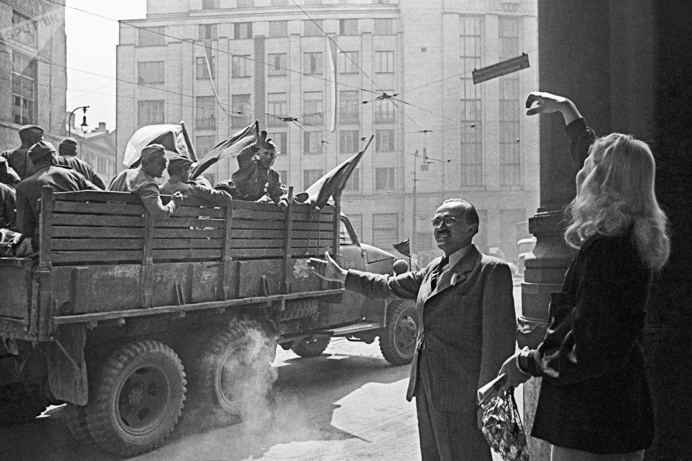 1945年5月9日:眼含泪水的节