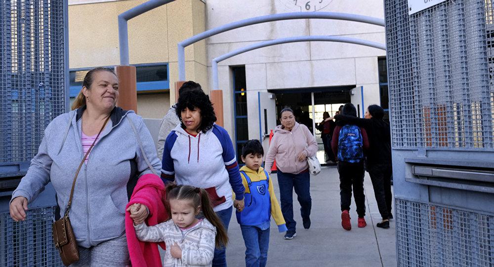 美国几所学校拒绝外观不雅的学生家长进入校区