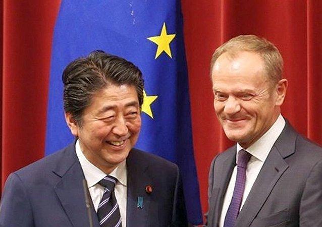 日本首相安倍晋三与欧洲理事会主席图斯克(资料图片)