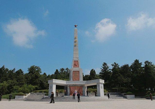 为纪念苏军将士,朝鲜首都平壤市中心牡丹峰山麓上修建起一座解放塔。