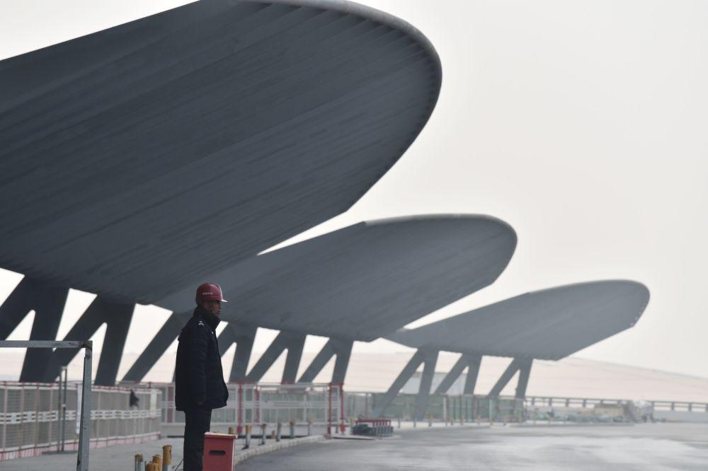 在建的北京大兴国际机场的工人们