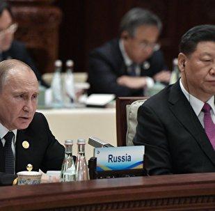 俄罗斯总统普京(左)
