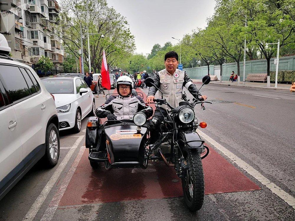 中国乌拉尔摩托车摩友俱乐部会长:尚晋国(音译,右手)