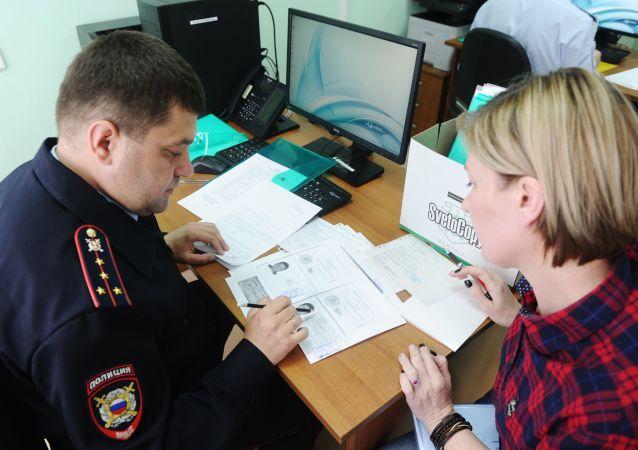 顿涅茨克移民局前排队申请俄罗斯护照