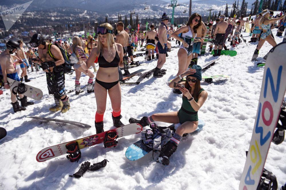 俄罗斯舍列格什滑雪胜地GrelkaFest音乐节上的比基尼女郎。