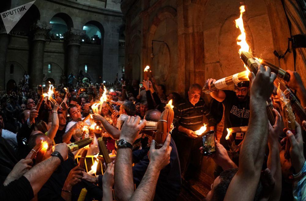 信徒在耶路撒冷圣墓教堂庆祝圣火降临。