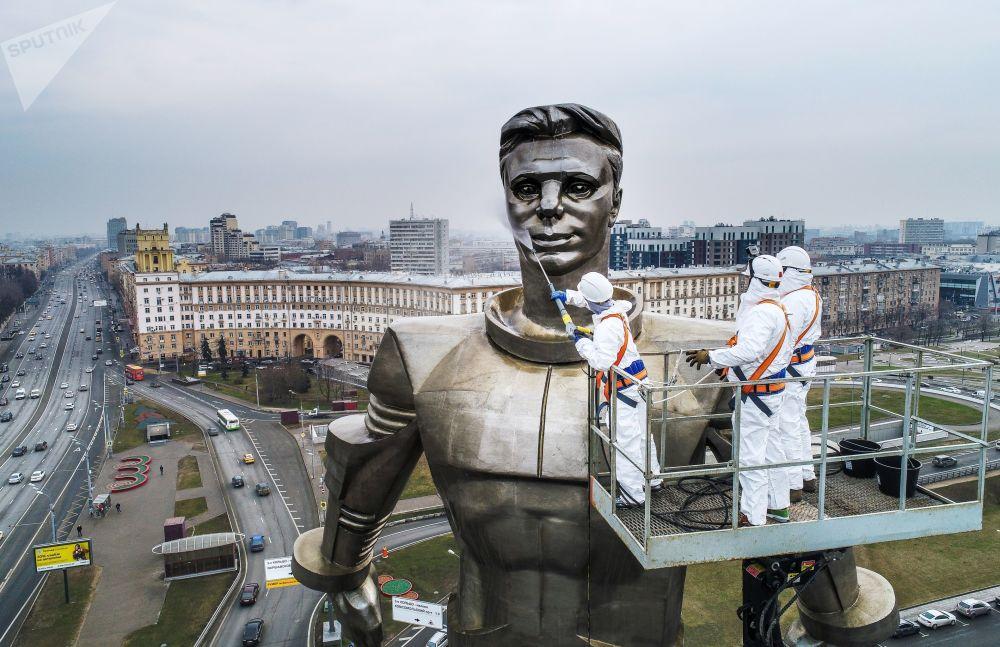 市政工作者正在清洗莫斯科列宁大街上的尤里·加加林雕像。