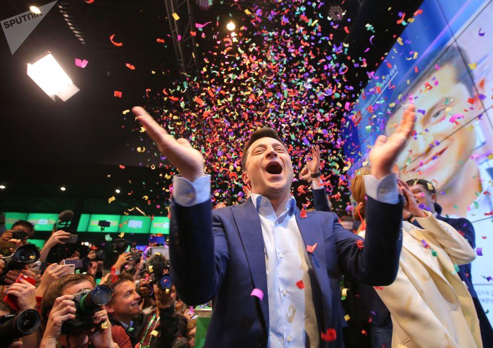 """乌克兰大选第二轮投票初步结果宣布时身处""""公园""""会展中心竞选总部的人民公仆党总统候选人弗拉基米尔·泽连斯基。"""