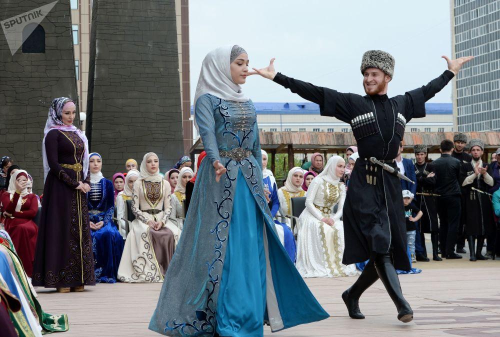 演员在格罗兹内国立戏剧音乐厅旁表演,庆祝车臣语日。