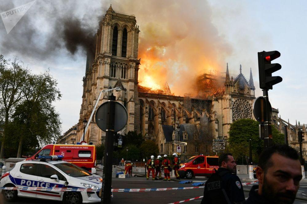 巴黎圣母院大火。