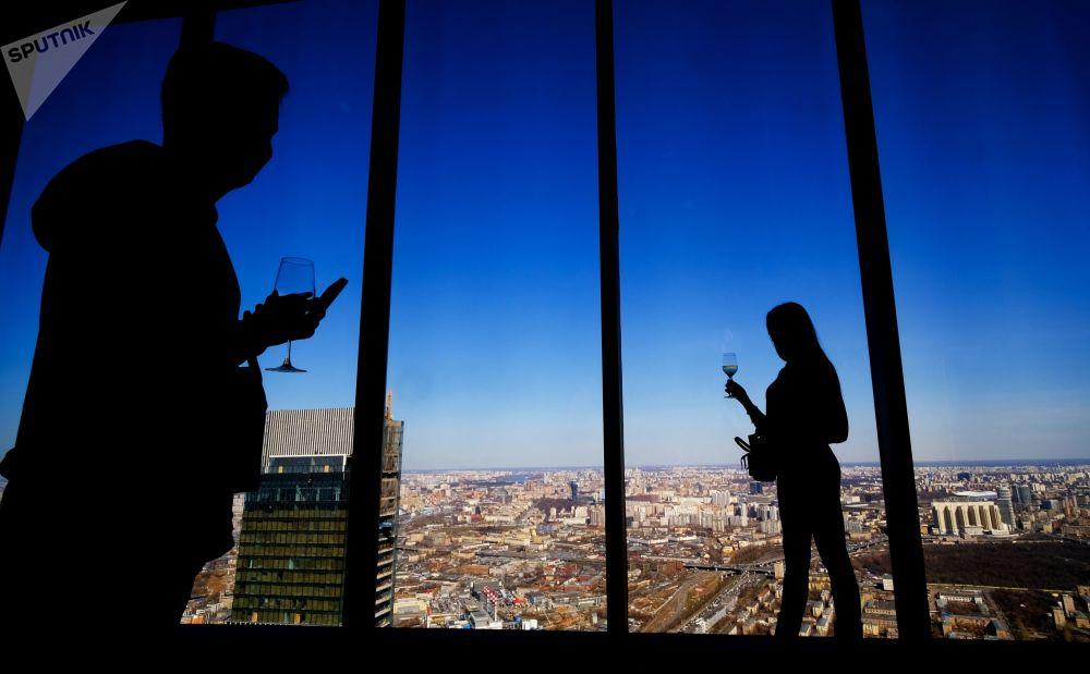 """""""莫斯科城""""国际商务中心""""联邦塔""""89层PANORAMA360观景台上的游客。"""