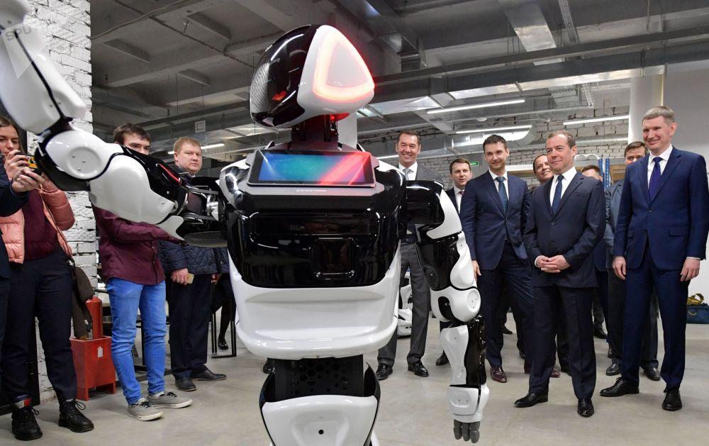 俄罗斯总理德米特里·梅德韦杰夫、彼尔姆边疆区行政长官马克西姆·列舍特尼科夫和Promobot公司董事长阿列克谢·尤扎科夫参观公司在彼尔姆Morion Digital工业园的展位。