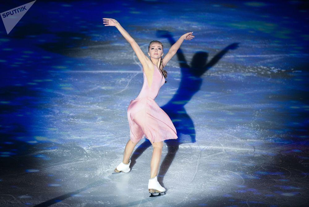 """冰舞选手亚历山德拉·斯捷潘诺娃在莫斯科卢日尼基小体育馆""""成功15年""""伊利亚·阿韦尔布赫盛典上进行表演。"""