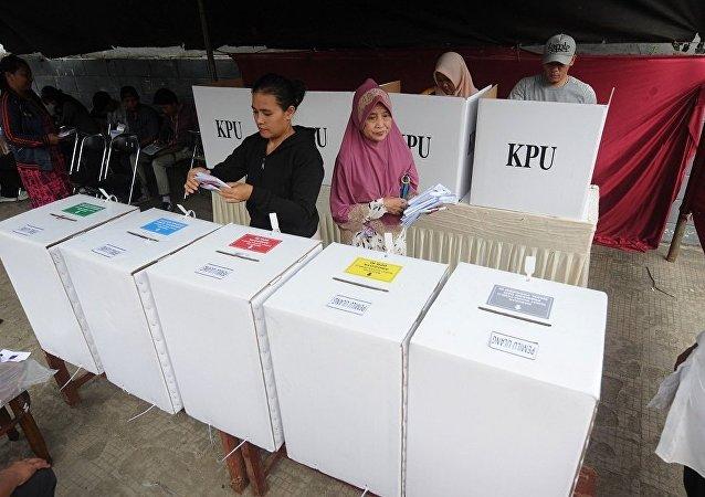 媒体:印尼政府将拨350万美元赔偿因大选计票过劳死伤员工的家属