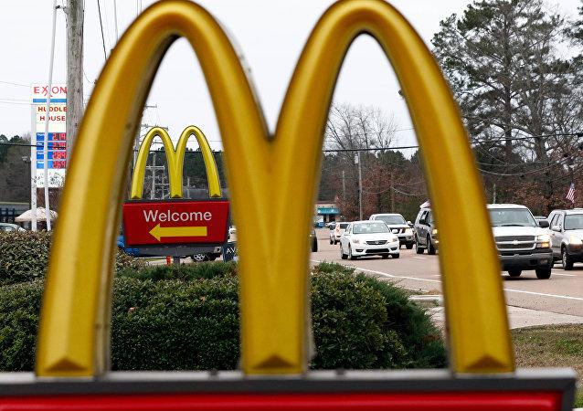 俄罗斯一女子在看到麦当劳标志上的乳房后向法院提起诉讼
