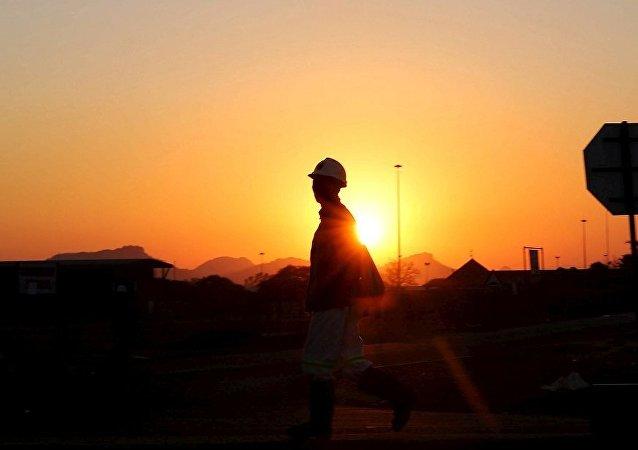 南非吕斯滕堡矿井事故造成约1800名矿工被困