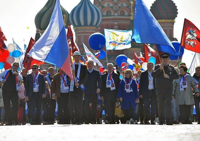 """超10万人参加在莫斯科举行的""""五一""""节日游行"""