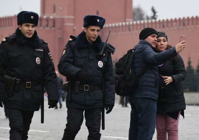 在莫斯科红场上的警察和游客。