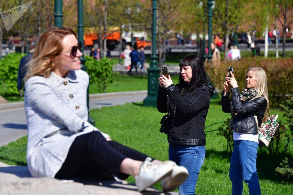 在莫斯科亚历山大花园拍照的女孩们。