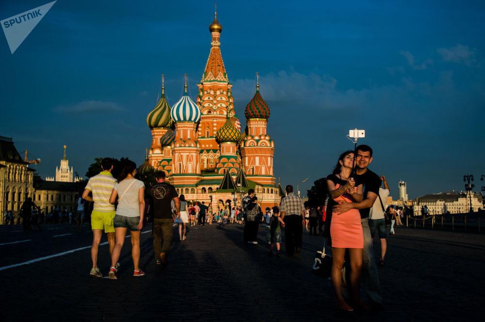 在红场上的莫斯科市民和游客。远处是圣瓦西里教堂。