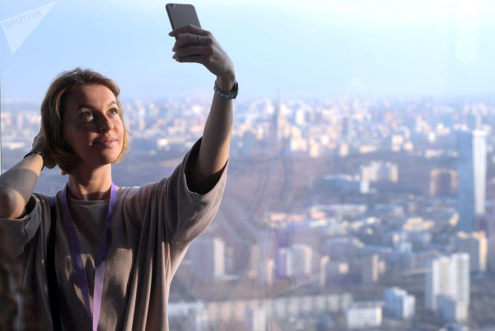 在位于莫斯科CBD商圈联邦塔楼东塔楼89层的、欧洲最高的观景台上自拍的参观者。