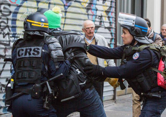 俄新社女记者报道巴黎示威游行骚乱时遭警察持警棍殴打