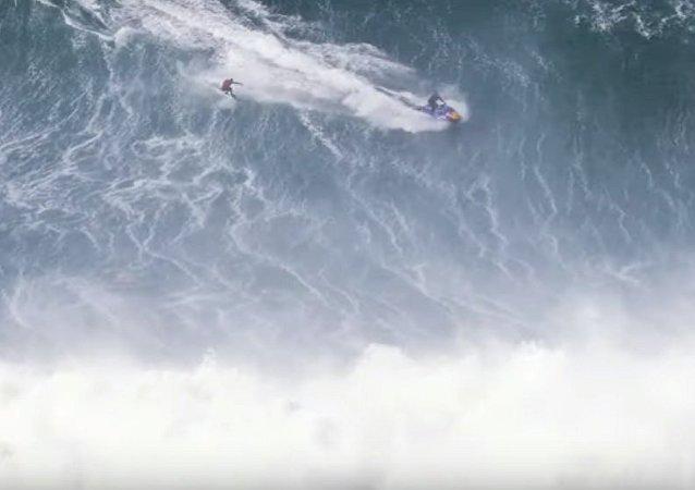征服巨浪的衝浪者