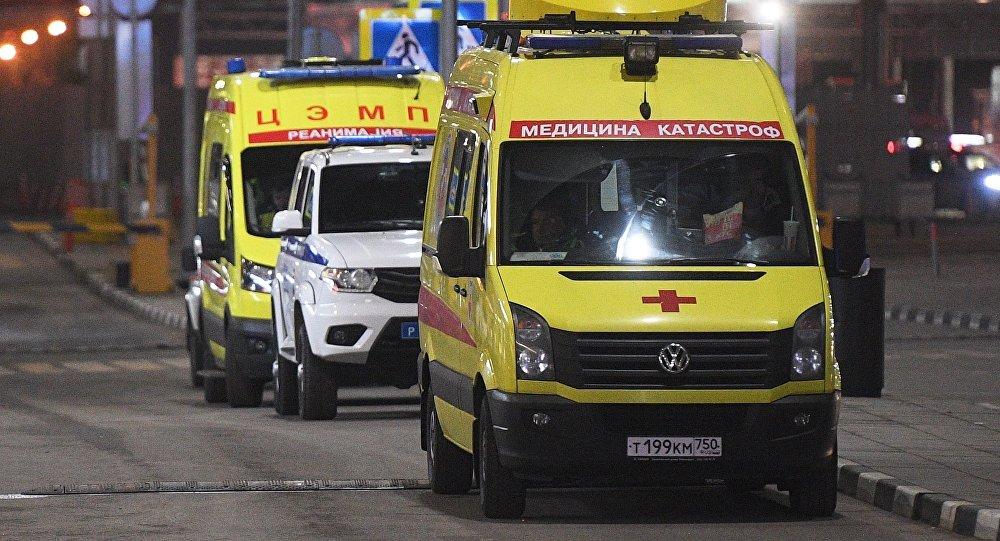 莫斯科谢列梅捷沃机场:一名从机场事故飞机上疏散的乘客被送医救治
