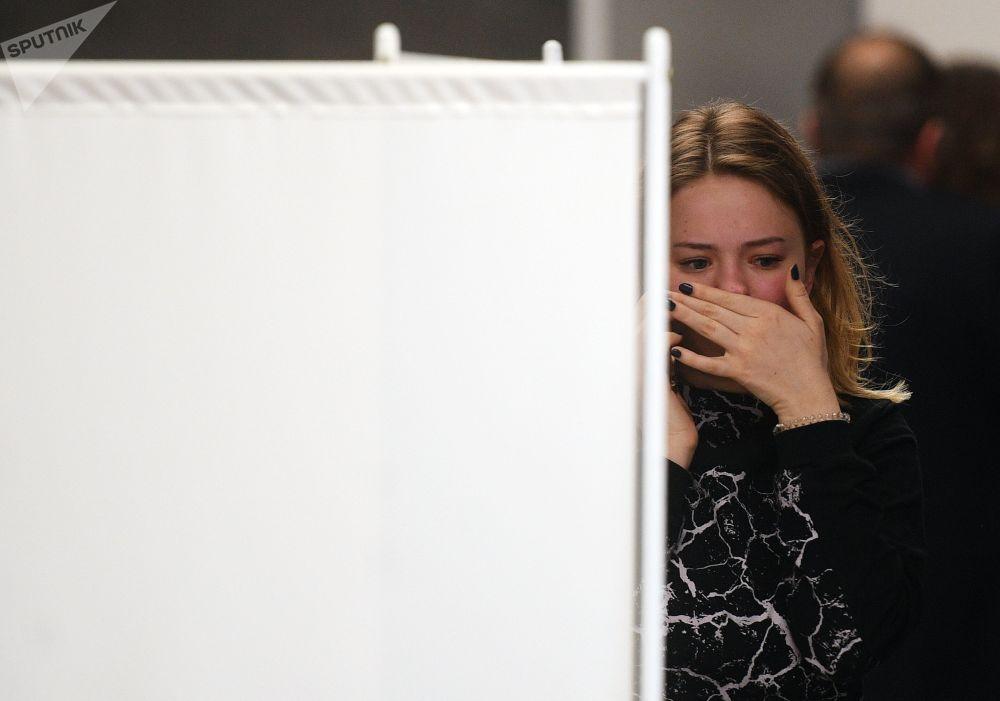 一名女孩在谢列梅捷沃机场为苏霍伊100型客机的乘客及家属准备的心理救助室旁