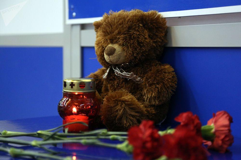 摩尔曼斯克机场为悼念苏霍伊100型客机遇难者摆放的献花、蜡烛和玩具