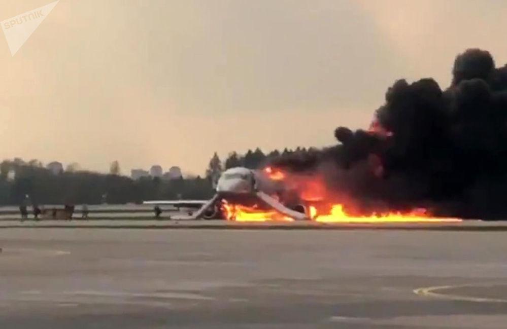 俄罗斯航空公司一架从莫斯科飞往摩尔曼斯克的苏霍伊100型客机返航