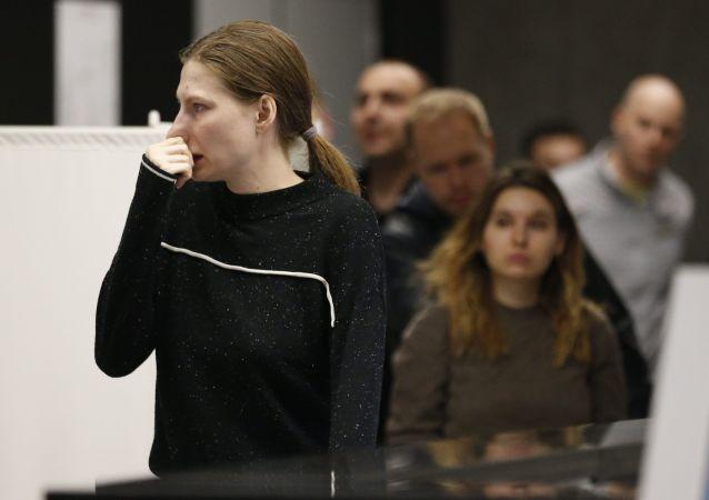 一名女孩在謝列梅捷沃機場為蘇霍伊100型客機的乘客及家屬準備的心理救助室旁