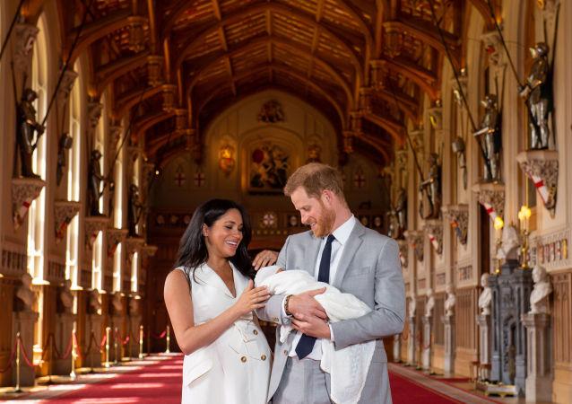 英國哈里王子夫婦帶新生兒看外面的世界