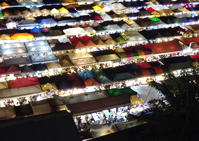 曼谷市场多彩棚顶成自拍圣地