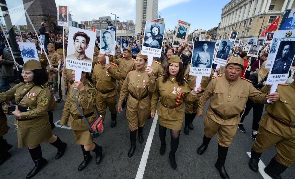 参加符拉迪沃斯托克不朽军团游行活动的中国公民