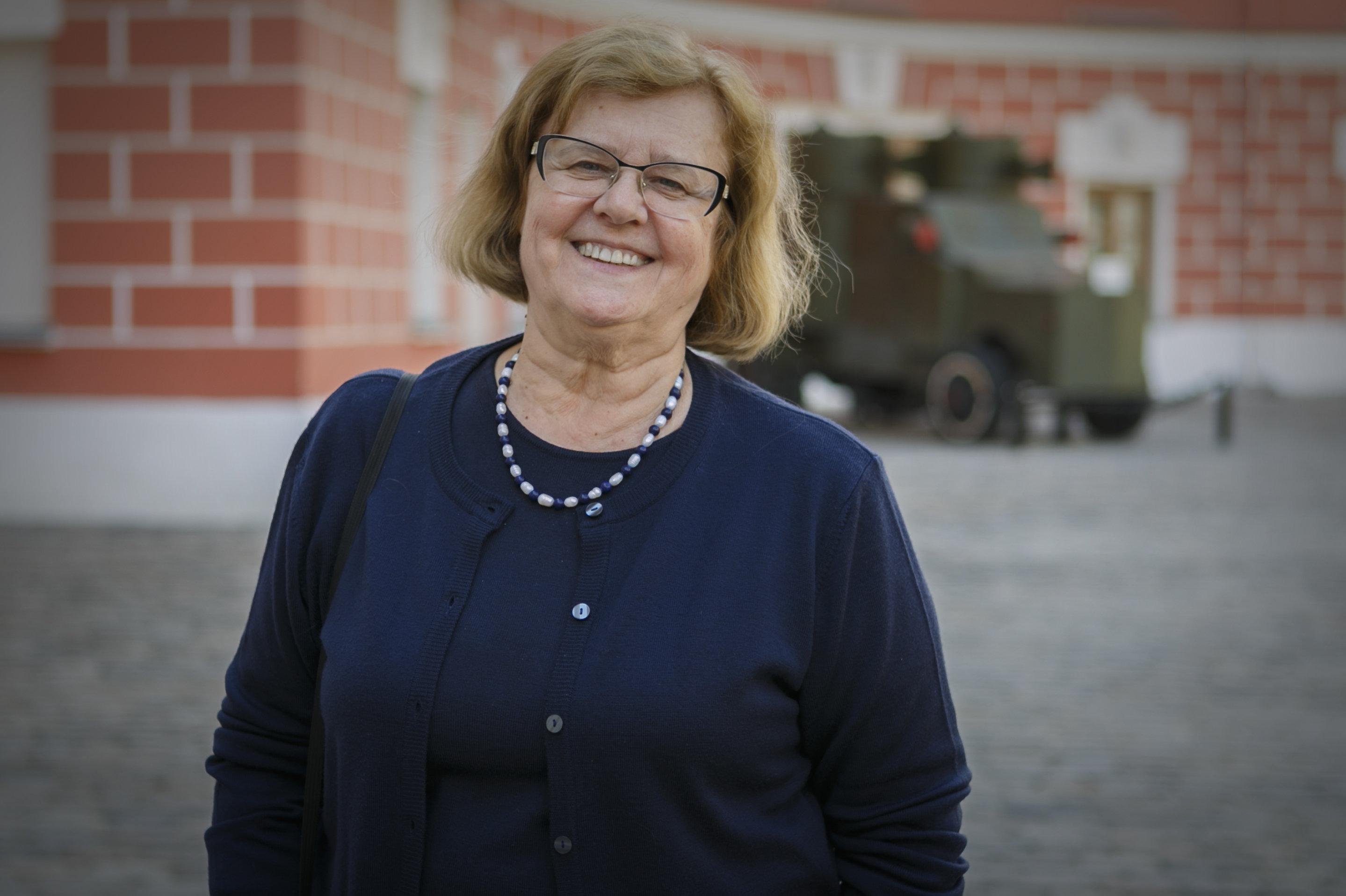 博物馆艺术研究员娜塔莉娅·卡尔柳琴科