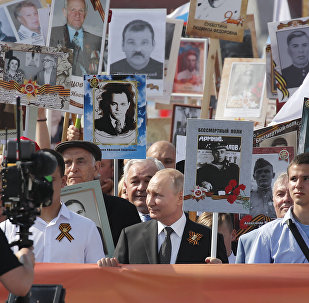 俄罗斯总统普京(中)参加不朽军团活动