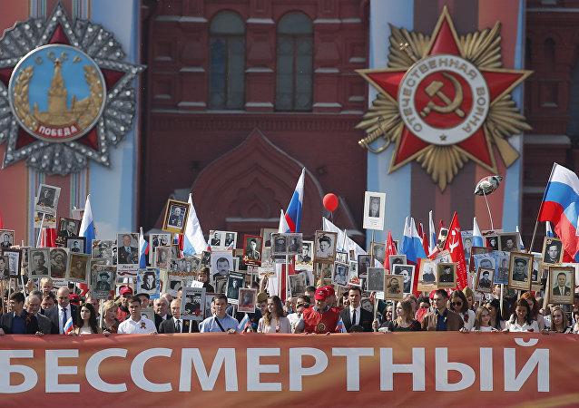 """莫斯科当局:超过50万人参加莫斯科""""不朽军团""""游行活动"""